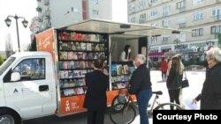 """Книжарницата на тркала на """"Антолог"""" на Плоштад Македонија во Скопје"""