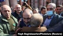 نیکول پاشینیان، نخست وزیر ارمنستان در جمع هواداران خود در ماههای گذشته