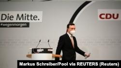 CDU-ს გენერალური მდივანი, პაულ ციმიაკი ტრიბუნას ტოვებს 14 მარტის არჩევნების წინასწარი შედეგების გამოცხადების შემდეგ
