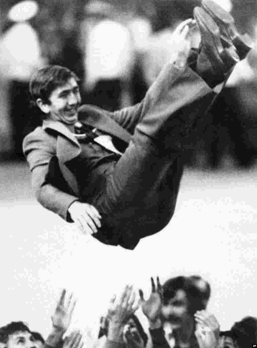 Тренера советской сборной по волейболу подбрасывают в воздух после того, как его команда обыграла Болгарию и взяла золото.