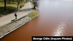 Apa lacului IOR a devenit roșie, cel mai probabil ca urmare a unei poluări.