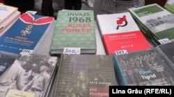 Zeci de titluri de cărți despre istoria recentă a Cehiei: de la comunism, deportări, inclusiv în Gulag, la invazia URSS din 1968 și căderea comunismului - la standul Institutului de studiere a regimurilor totalitare din Cehia.