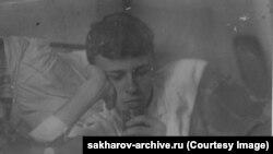 """Бұл фото шамамен 1938-1940 жылдары, Андрей Сахаров университетке түсуге дайындалып жүрген кезде түсірілген. Білім алуды үйде бастаған оған """"бейімделу өте қиынға соққанын"""" кейін өзі айтқан. """"Бұл топтың арасынан Андрей ерекше көзге түсетін: сұңғақ бойлы, арық, үнемі қара түсті тар әрі балағы қысқа шалбар мен жеңі шолтырайған пиджак киіп жүретін. Жұрттың бәрі қызбаланып, даурығып жатқанда кітап-дәптерін қолтығына қыс тырып алып, үндемей, өз пікірін білдіруге қымсынғандай кейіпте болатын. Өзі бір ұялшақ, ебедейсіз жігіт екен деп оны аяйтынмын. Қалай болар екенсің байғұс бала?"""" деп жазды бірге оқыған замандасы."""