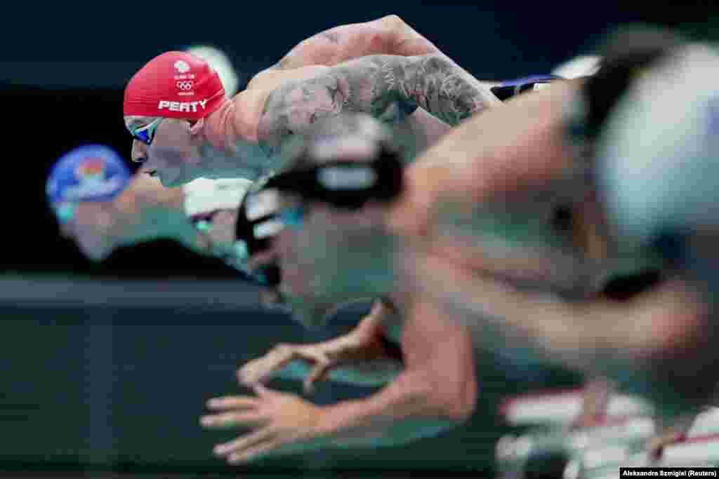 Адам Пити из Великобритании на старте заплыва на 100 м брассом среди мужчин в Токийском центре водных видов спорта, 25 июля 2021 года