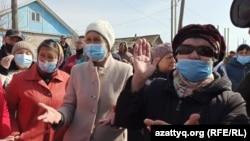 Жители села Покатиловка, выступающие против переименования населенного пункта. Западно-Казахстанская область, 9 апреля 2021 года.
