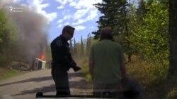 Polis Alyaskada yanan maşının sürücüsünü xilas edir