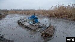 Nagy erőkkel, speciális eszközökkel dolgoznak a kárelhárításon a vízügyes szakemberek a Ráckevei-Soroksári Duna-ágban 2020. december 18-án