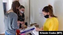 A Moderna újonnan érkezett koronavírus elleni vakcináit szortírozzák a Győr-Moson-Sopron Megyei Kormányhivatal Népegészségügyi Szakigazgatási Szervénél, 2021. április 1-jén.
