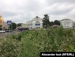 Железнодорожный вокзал в Донецке. Традиционно перед любыми украинскими выборами здесь было много предвыборных билбордов, но сейчас политической рекламы нет никакой