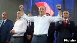 Armenia - Former President Robert Kocharian greets supporters rallying in Yerevan, May 9, 2021.