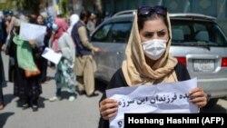 ანტიპაკისტანური დემონსტრაციის მონაწილე ქალი პაკისტანის საელჩოსთან ხელში პლაკატით. 2021 წლის 7 სექტემბერი.