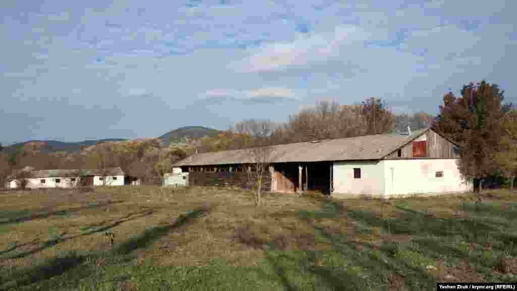 До ближайших домов метров сто. Справа – заброшенные строения бывшего колхоза, похоже на ферму. Чуть дальше – сохранившиеся три стены великолепной кладки. Проходившие мимо женщины рассказали, что раньше это был табачный склад