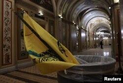 A zászló egy capitoliumi szemetesben, Washington, Egyesült Államok, 2020. december 7.
