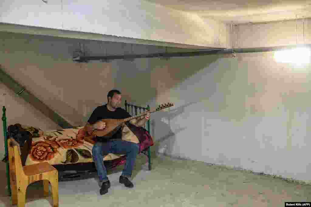 32-летний Ковкар Мовсумов играет на струнном инструменте в укрытии в Тартаре. 19 октября 2020 года.