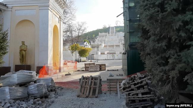 Белоснежные ступени и строительный мусор. Как выглядит Митридатская лестница в Керчи перед открытием (фотогалерея)