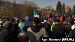 Маржан Аспандиярова митингіде сөйлеп тұр. Алматы, 31 қазан 2020 жыл.