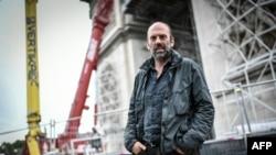 Владимир Явашев по време на опаковането на Триумфалната арка в Париж.