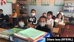 Дети в классе школы имени Толе-би в селе Оймауыт. 28 апреля 2021 года.
