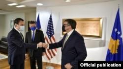 Kryeministri i Kosovës, Albin Kurti, gjatë takimit me përfaqësuesin e posaçëm të BE-së për dialogun Kosovë-Serbi, Mirosllav Lajçak, dhe me të dërguarin e posaçëm të SHBA-së për Ballkanin Perëndimor, Matthew Palmer. Prishtinë, 31 maj, 2021.