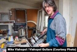 Mike Vlahopol în atelier construind chitare.