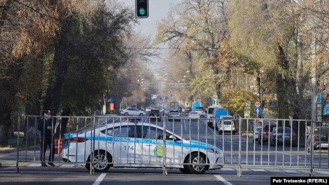 Автомобиль полиции на улице у здания Академии наук. Движение машин по улице Шевченко в этом квартале было перекрыто. 31 октября 2020 года.