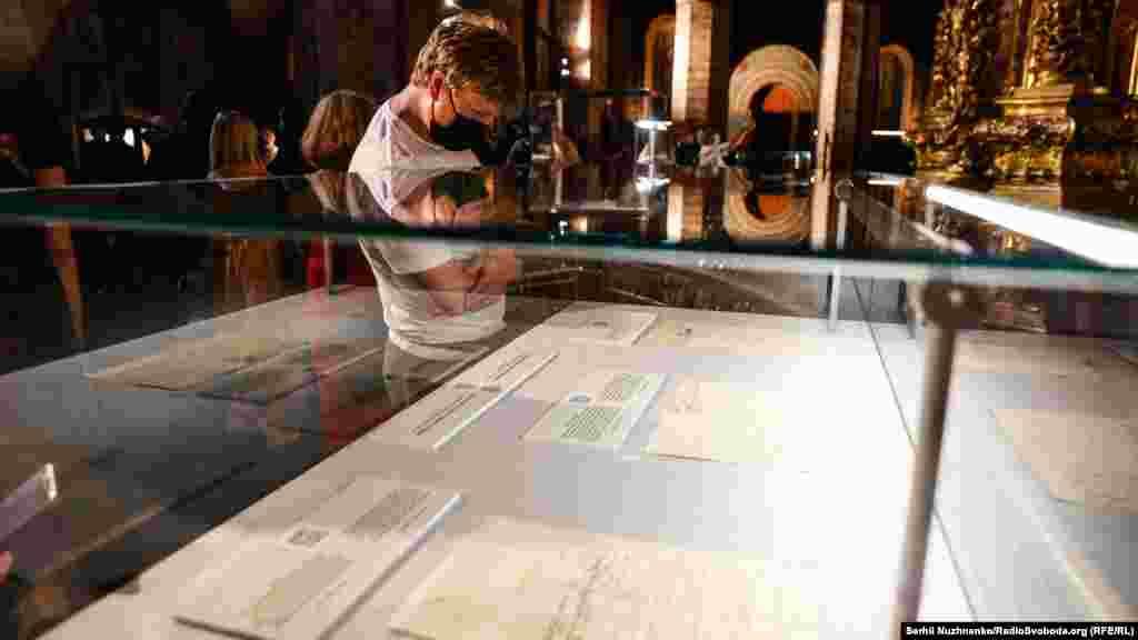 Відвідувач розглядає експонати виставки «Раритети Української козацької держави – Гетьманщини» в Софійському соборі