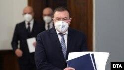 Здравният министър Костадин Ангелов, малко преди да обяви затварянето на страната от понеделник.
