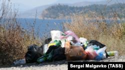 Куча мусора на крымском побережье, село Морское, август 2021 года