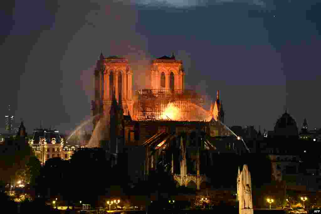 Стотици пожарникари се бориха с часове с пожара. Конструкцията на сградата и материалите, с които е строена, осуетиха възможността огънят да се угаси бързо със силни струи от хеликоптер. Според ръководството на парижката пожарна при такава хипотеза катедралата би била изложена на по-голям риск.
