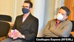"""Веселин Иванов (вдясно) по време на изслушването на Иван Гешев в парламента през есента на 2020 г., когато активист на """"Демократична България"""" го замери с фалшиви еврови банкноти с лика на Бойко Борисов"""