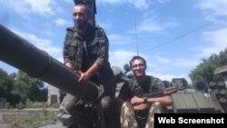 Осужденный за участие в войне на Донбассе Павел Кафка (с автоматом) написал письмо из колонии в украинское посольство в Праге, в котором извинился перед Украиной