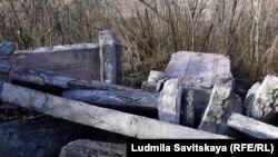 Памятники погибшим воинам Великой Отечественной войны, которые вывезли с кладбища на дорогу