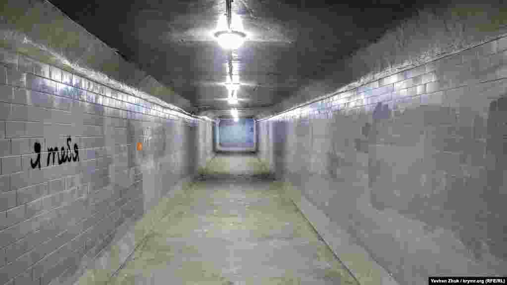Село розділене трасою на дві частини, і для безпечного її перетину облаштований підземний перехід
