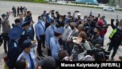 """Прокурорлар Жанболат Мамай бастаған белсенділерге """"заңсыз митинг"""" өткізіп жатқанын айтып, ескерту жасады. Алматы, Республика алаңы. 15 мамыр, 2021 жыл."""