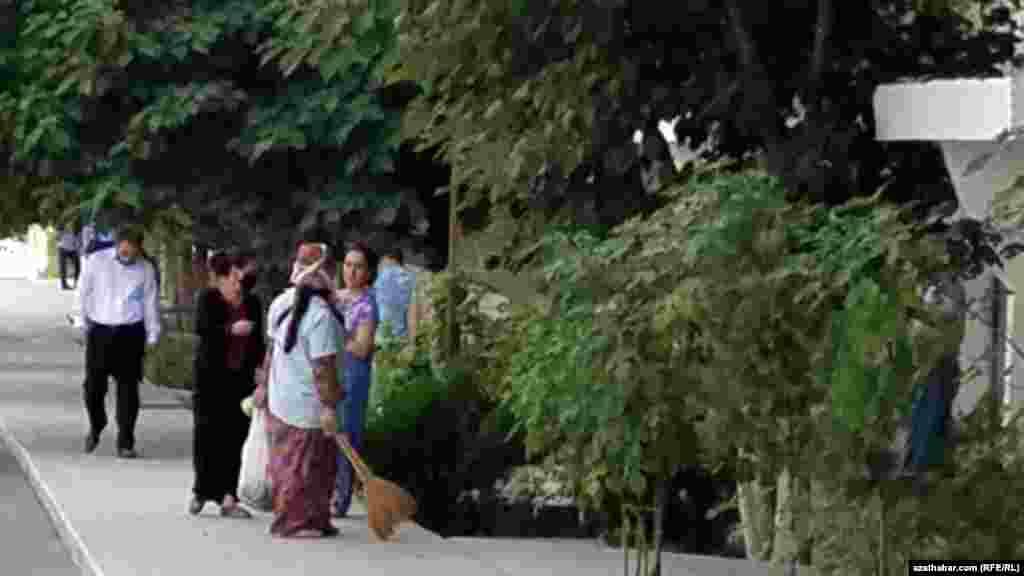 Уборка улиц в Ашхабаде, июль, 2021