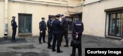 """Полицейские во дворике пространства """"Ребра Евы"""""""