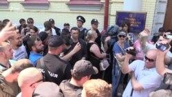 Під стіни суду прийшли прихильники та опоненти Руслана Коцаби (відео)