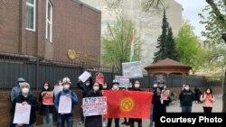 Германиядагы Тажикстандын элчилигинин алдындагы кыргызстандыктардын акциясы