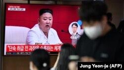 Egy szöuli állomáson nézik a tévét, amelyben az észak-koreai vezető látható