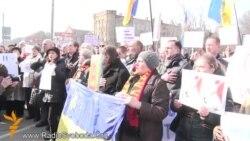 Українці вимагають припинення путінської агресії під посольством Росії