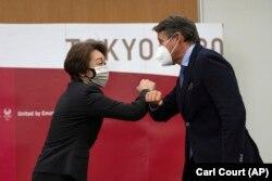 Seiko Hashimoto, az olimpia tokiói szervezőbizottságának elnöke és Sebastian Coe, a Nemzetközi Atlétikai Szövetség vezetője tokiói találkozójukon, 2021. május 7-én