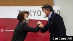 Сэйко Хасімота, старшыня арганізацыйнага камітэту Алімпіяды 2020 у Токіё, і Сэбастыян Коў, прэзыдэнт Міжнароднай асацыяцыі лёгкай атлетыкі. Токіё, 7 траўня 2021
