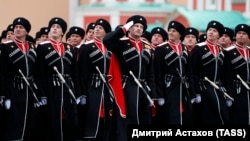 Военнослужащие парадного расчета Всероссийского казачьего общества во время парада, посвященного 76-й годовщине Победы в Великой Отечественной войне, 9 мая 2021 года