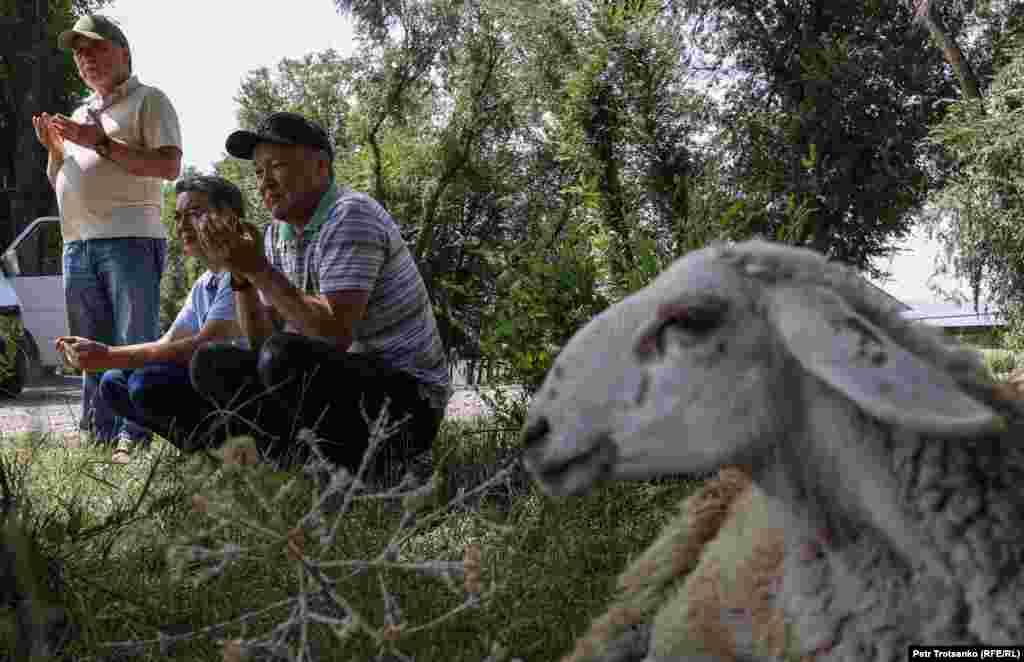 Люди молятся в праздник Курбан-айт перед тем, как совершить обряд жертвоприношения. Алматинская область, село Шамалган