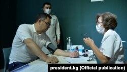 Садыр Жапаров коронавируска каршы кытайдын Sinopharm вакцинасын алды.