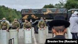 Хасиди перед нарядом прикордонників біля пункту пропуску «Нові Яриловичі» на Чернігівщині, 15 вересня 2020 року