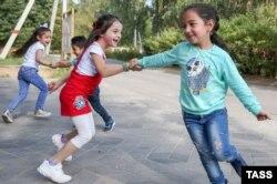 """Дети беженцев из Сирии играют возле интеграционного центра комитета """"Гражданское содействие"""" в Московской области. Фото: ТАСС"""