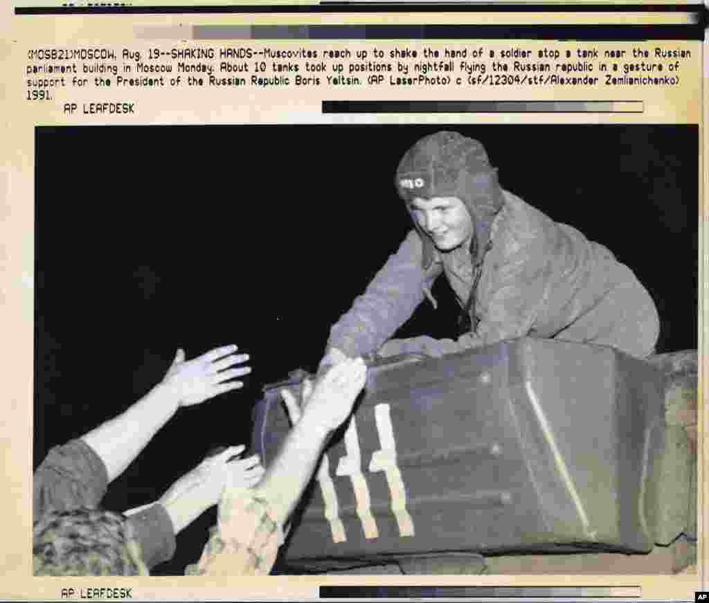 After nightfall on August 19, some Soviet soldiers in armored vehicles broke ranks with their unit to support Yeltsin and Gorbachev. They were welcomed as heroes by anti-coup demonstrators.