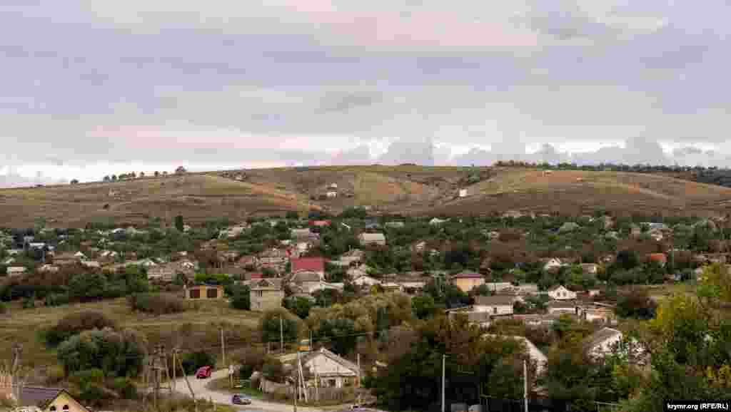 Вид на Украинку на фоне продольного понижения Внутренней гряды Крымских гор