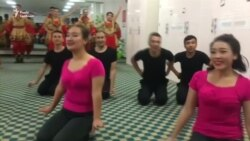 Танці, пісні, уроки кулінарії: влада Китаю показала журналістам табори перевиховання – відео